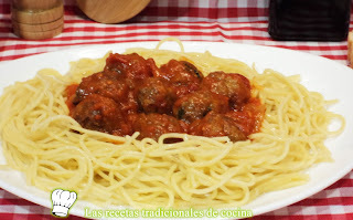 Receta de espaguetis con albóndigas de pollo y salsa de tomate
