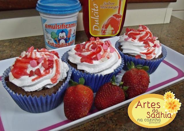 Cupcakes de chocolate com morangos