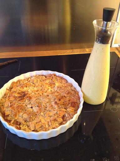 Smuldrepai med epler og mandelflak servert med hjemmelaget vaniljesaus!