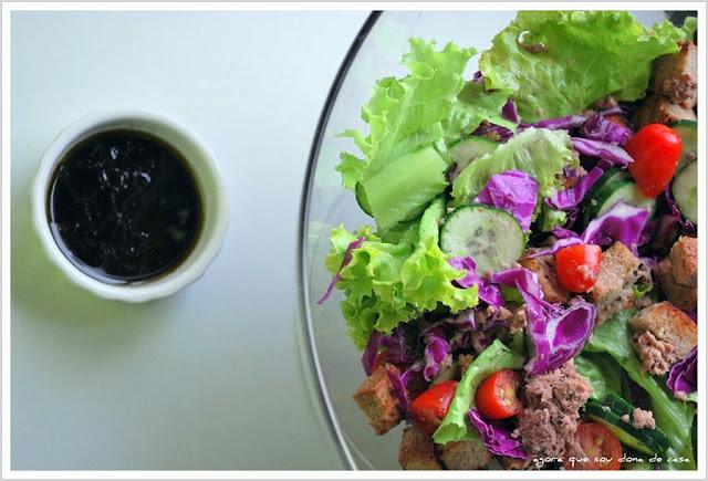 comida para um dia quente: salada multi-colorida com atum
