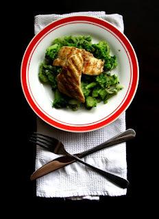 Brokolica s opečenou cibuľou a cesnakom v spoločnosti kuracích steakov