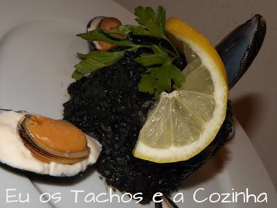 Arroz negro  cremoso con calamares y mejillones en alioli.