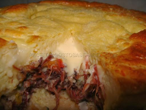 Torta com massa de queijo e recheio de carne seca