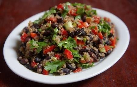 Receita de salada de quinoa e feijão preto com vinagrete de laranja