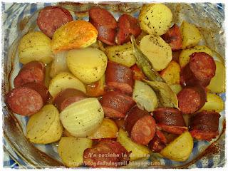Calabresa ao Forno com Batatas, Cebola, Tomate e Louro