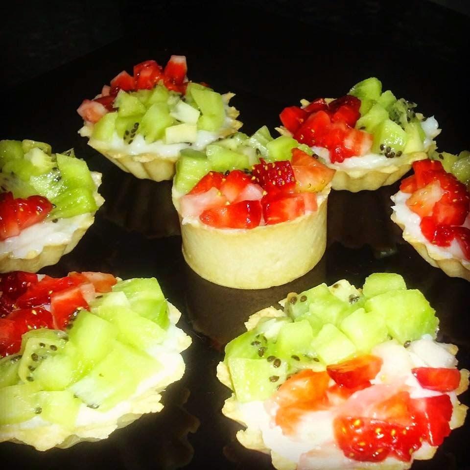 Mini Tortinhas de creme decoradas com frutas.