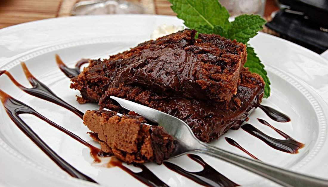 Υγρό κέικ σοκολάτας με μπισκότα