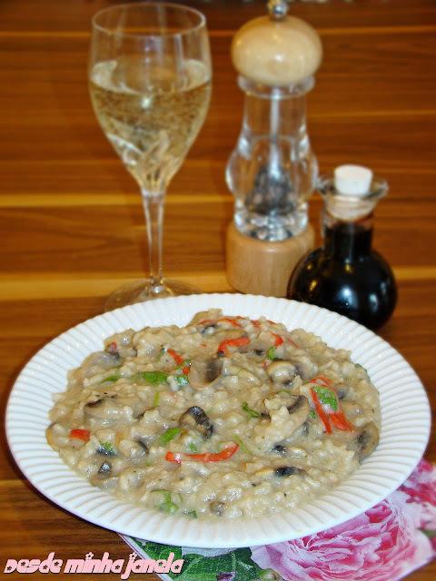 Risoto de cogumelos frescos com pimentões vermelhos e rúcula