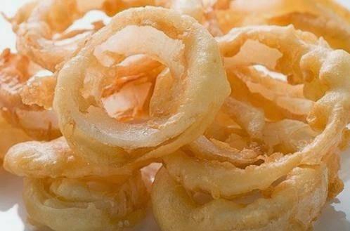 Aros de cebolla crujientes y fritos