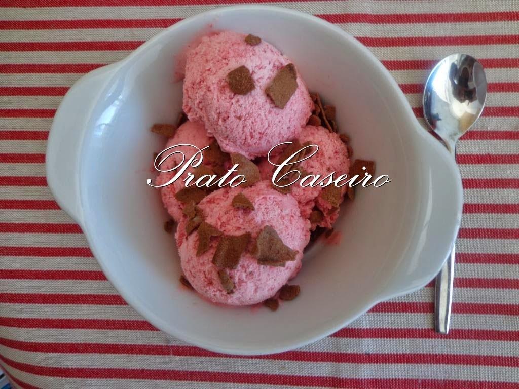 gelado de morango caseiro com morangos congelados
