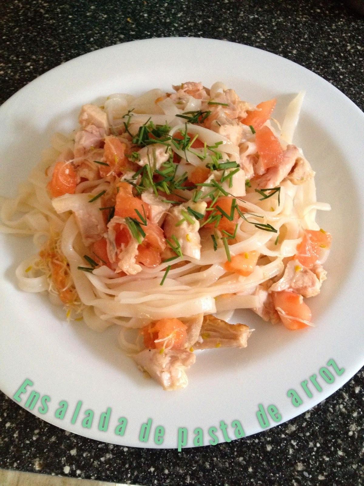 Ensalada de fideos de arroz, pollo y verduras