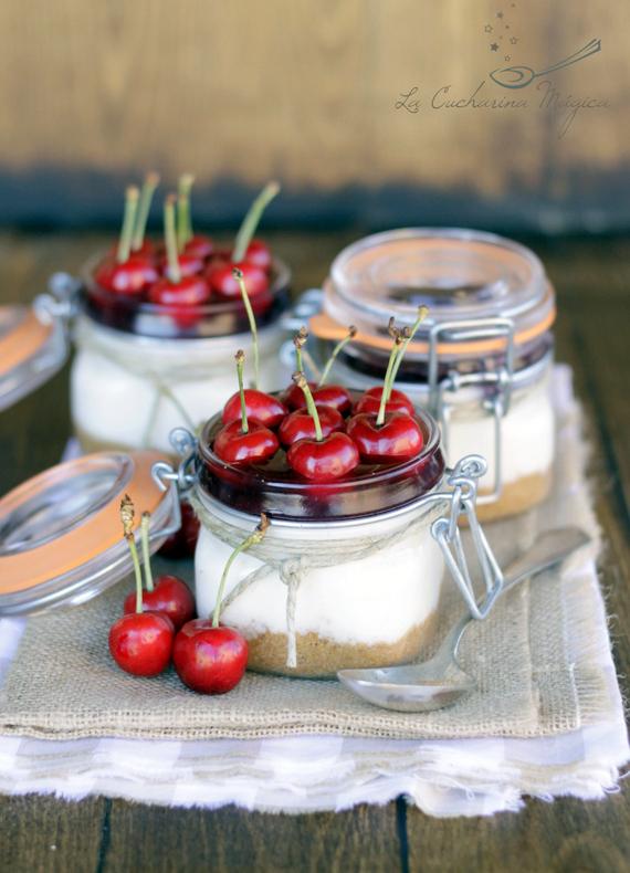 Tarta de yogur con confitura de cerezas. Tarta sin horno