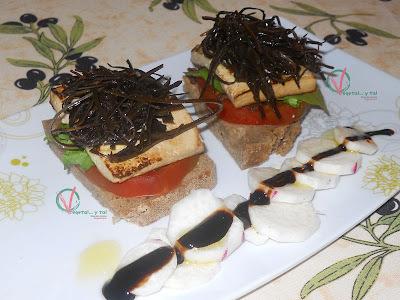 Montaditos de tofu y arame