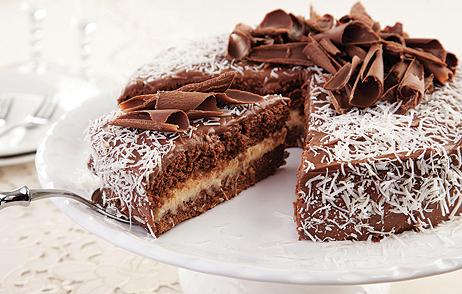 como colocar cobertura num bolo na lateral do bolo