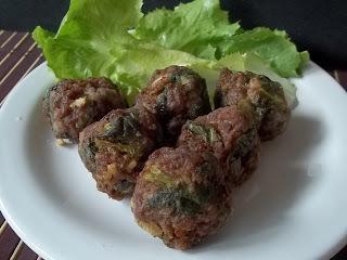 Bolinho de carne moída e escarola