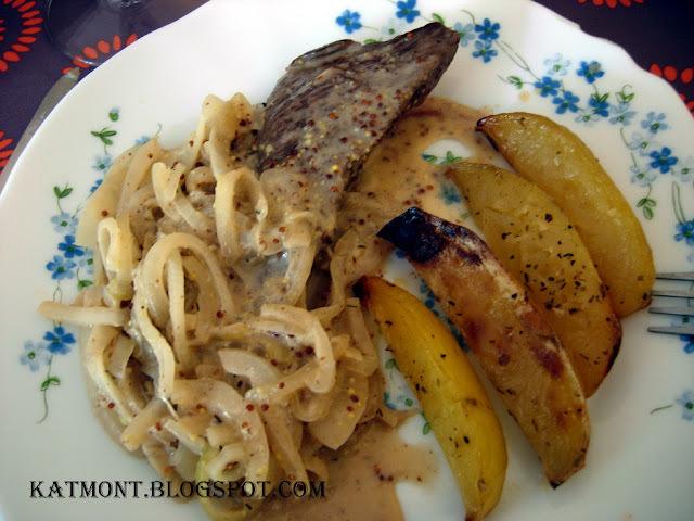 Carne acebolada ao molho de mostarda e batatas assadas com ervas