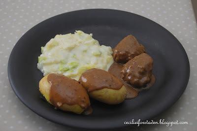 Hjemmelaget norsk søndagsmiddag: kjøttkaker i brun saus med kålstuing