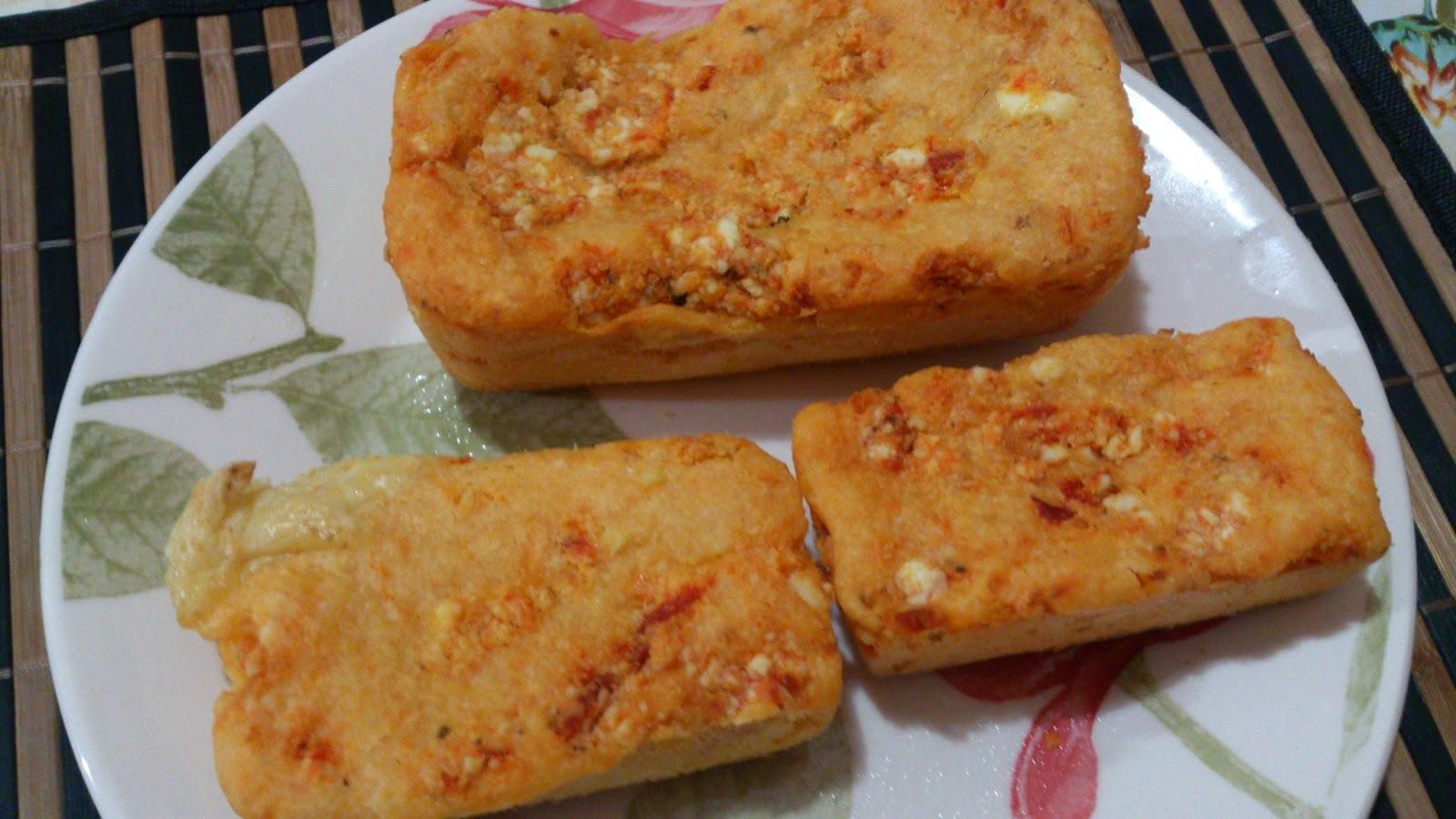 Pão de ricota de macadâmia e tomate seco