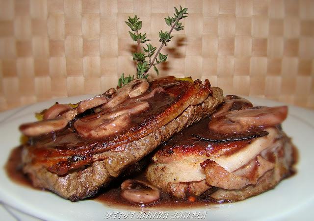 Medalhões de filet mignon com bacon ao molho de vinho tinto e champignons