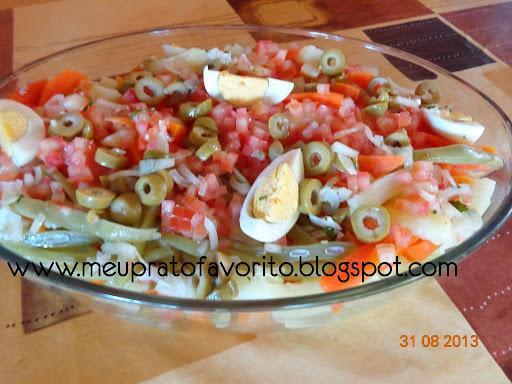 de saladas de legumes cozidos e gelados