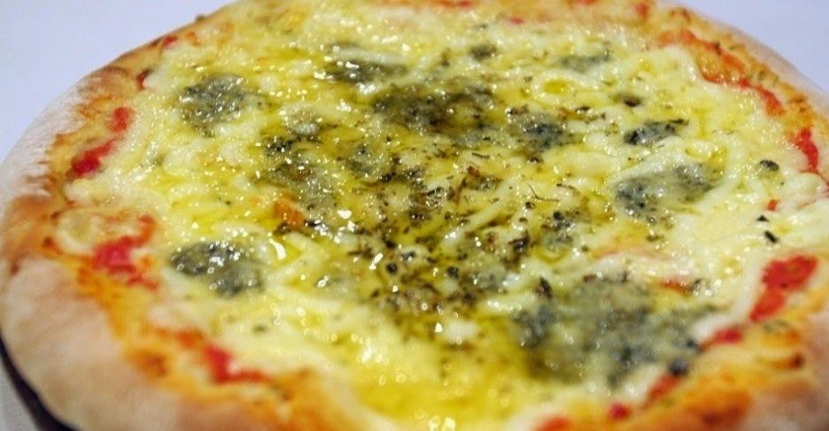 Pizza de 4 queijos (com receita da massa)