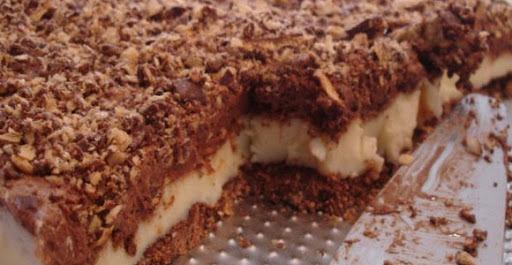 torta gelada de chocolate com cobertura de calda quente de chocolate