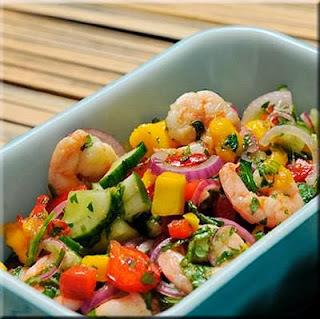 Salada de camarão com perfume thai é perfeita para um jantarzinho leve na segunda-feira.