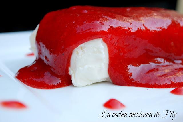Queso crema en salsa de fresa con chipotle