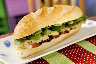 Sanduíche de Tender com Abacaxi Grelhado e Agrião
