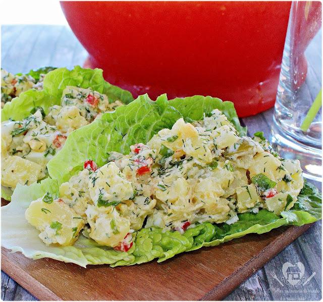 Salada fria de batata servida na folha de alface com suco refrescante de melancia