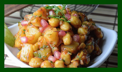 aloo and kabuli chana chaat in the north indian in hindi