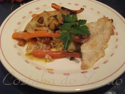 file de pescada branca no forno com legumes