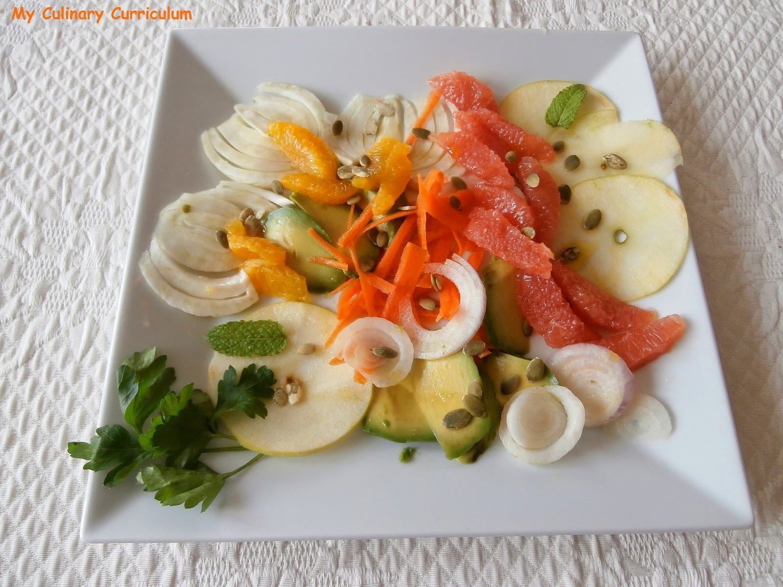Salade orange, pamplemousse, avocat, pomme, fenouil, carottes, oignons rouges (Orange salad, grapefruit, avocado, apple, fennel, carrots, red onions)