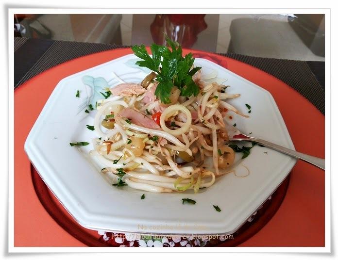 Salada de Broto de Feijão com Cebolinha Temperada e Sardinha
