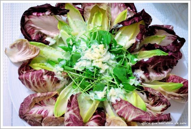 salada festiva: radicchio, endívia e agrião baby ao molho de iogurte