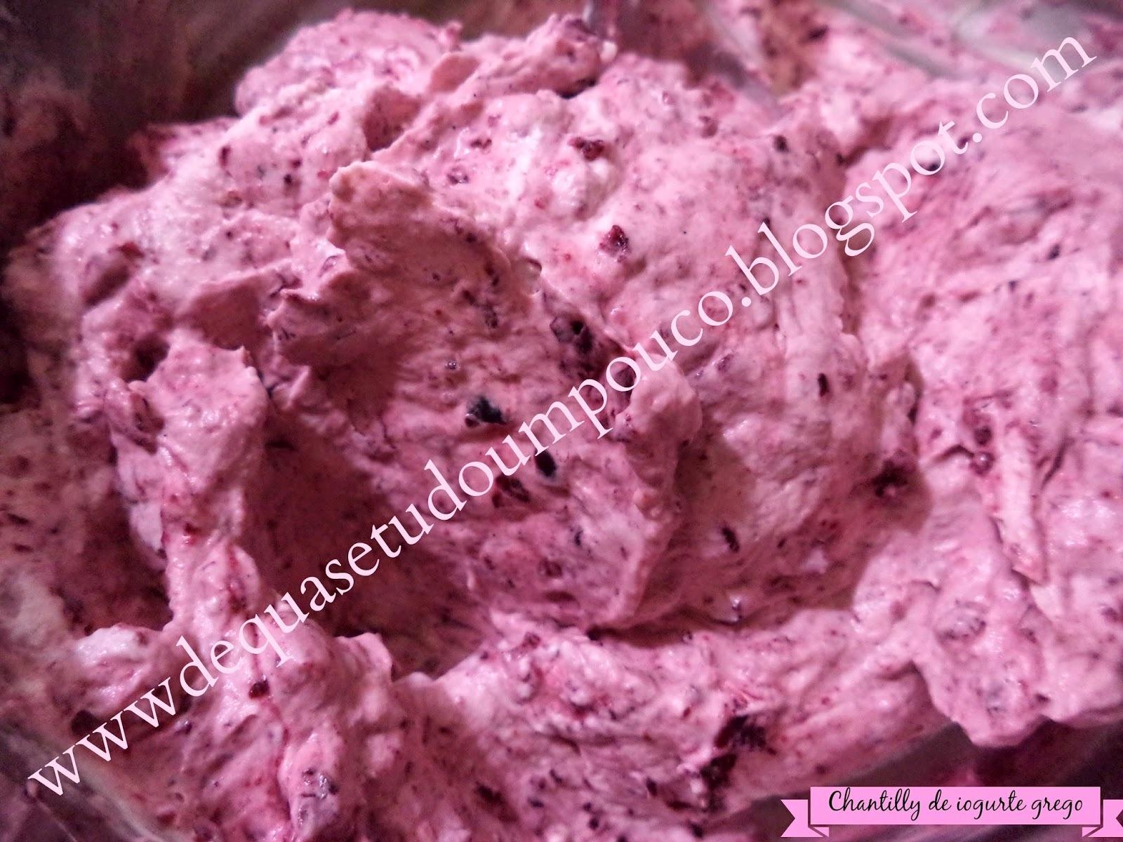 Chantilly de iogurte grego para recheio e cobertura de bolo