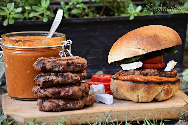 Házi hamburger grillezett húspogácsával és házi ajvárral