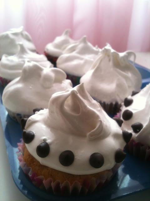 Cupcake con chips de chocolate y merengue de almendras - Jumbo chocolate chips cupcake with almond meringue topping