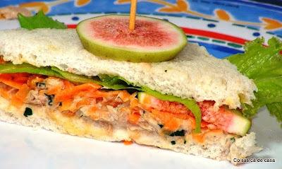 Sanduíche com pasta de atum, cenoura e figo