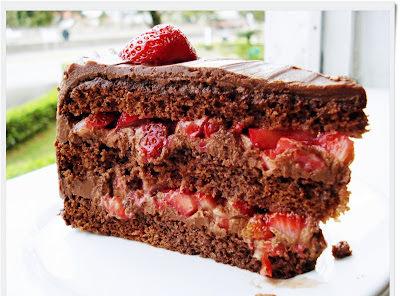Bolo de Chocolate com Recheio de Morango