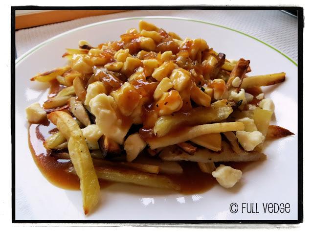 Poutine végétarienne de légumes racines avec sauce barbecue au miso