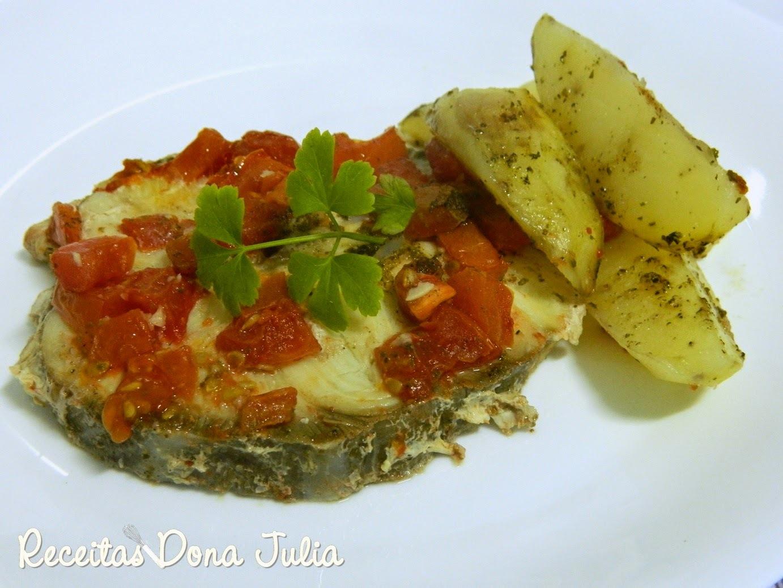 de postas de peixe dourada ao forno com batatas