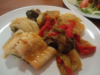 Bacalao con patatas, pimiento, alcachofas y cebolla