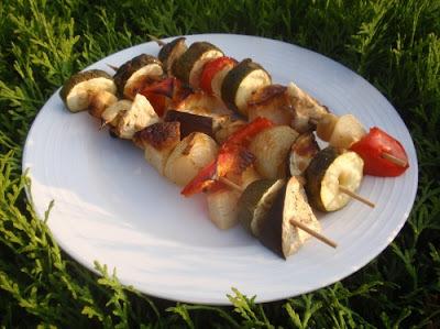 Zeleninové špízy so syrom halloumi s medovo-horčicovým dresingom