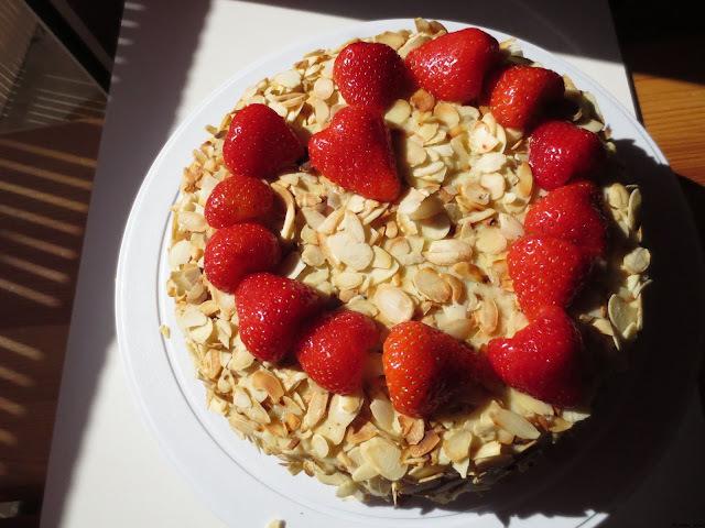 Gâteau d'anniversaire aux fraises, parfumé à l'orange.