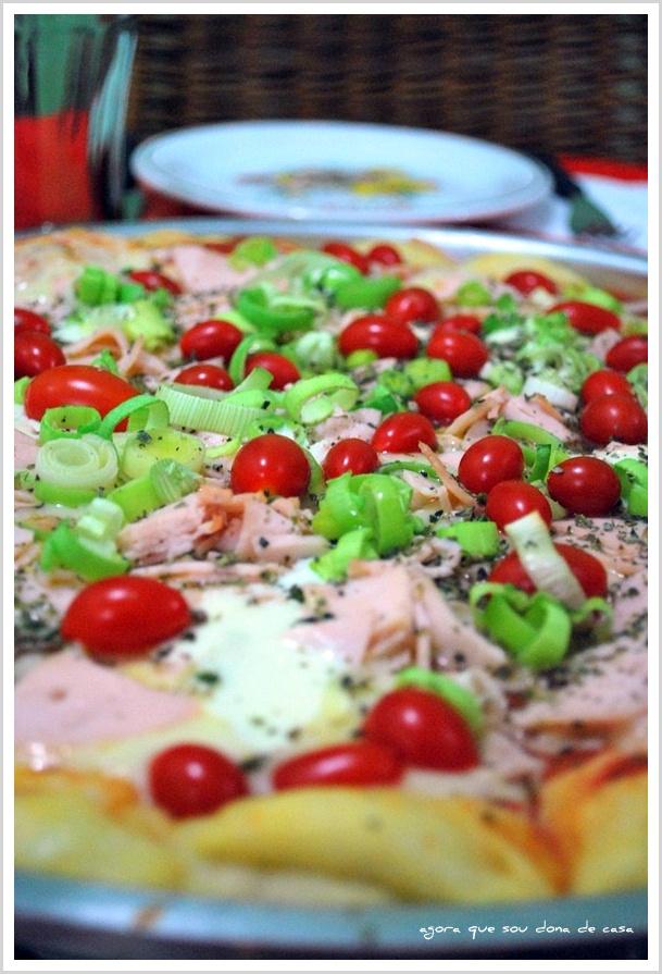noite da pizza: pizza de peito de peru com alho poró e cream cheese