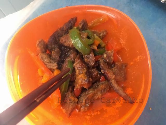 Iscas de carne chinesa com molho Teryaki