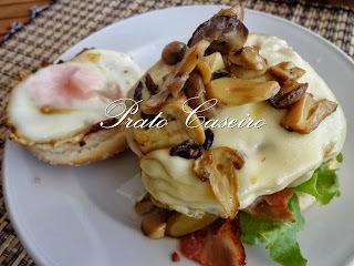Hamburguer com cogumelos, ovo estrelado e queijo Terra Nostra batata palha Saloinha