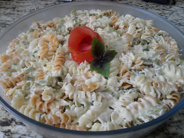 salada de macarrão colorido com maionese