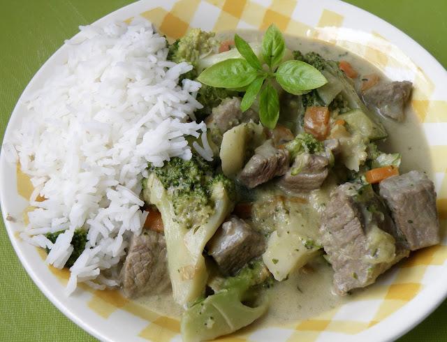 grünes Curry mit Brokkoli, Zucchini und Rindfleisch